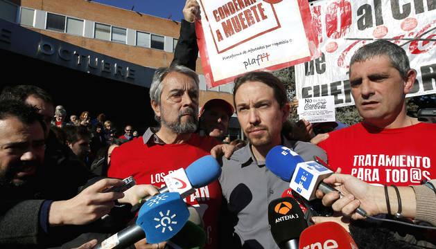 El líder de Podemos, con afectados por la enfermedad.