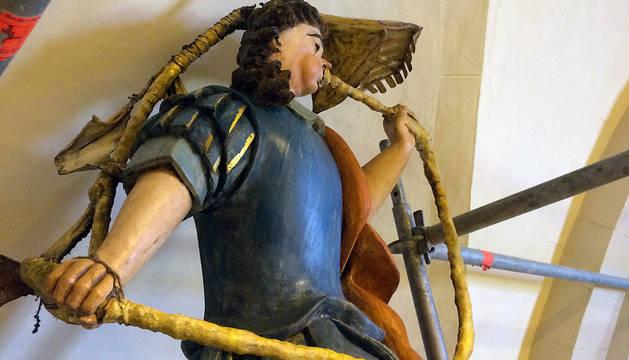 Escultura de la fachada del órgano de San Miguel de Larraga