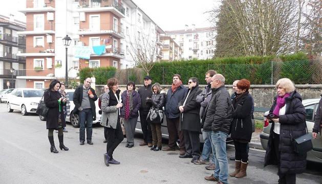 Los parlamentarios, en el exterior del centro.