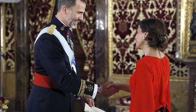 El rey Felipe, con la embajadora panameña, María Mercedes de la Guardia.