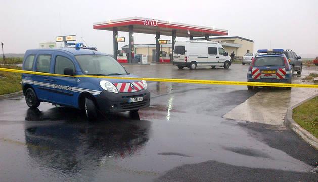 Gendarmes franceses en la gasolinera atracada.