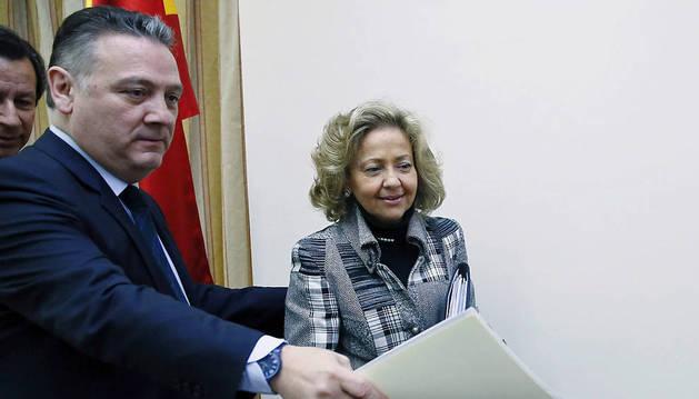La nueva fiscal general del Estado, Consuelo Madrigal, junto al diputado popular Alfredo Prada.