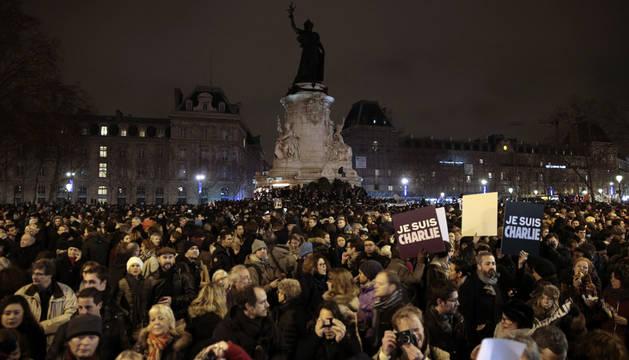Francia sale a la calle de forma espontánea en señal de duelo