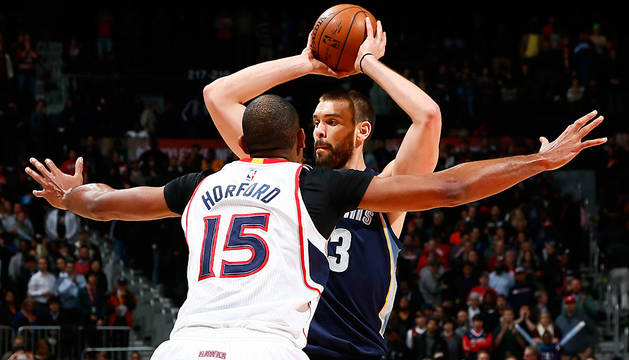 Marc Gasol, defendido por Horford.