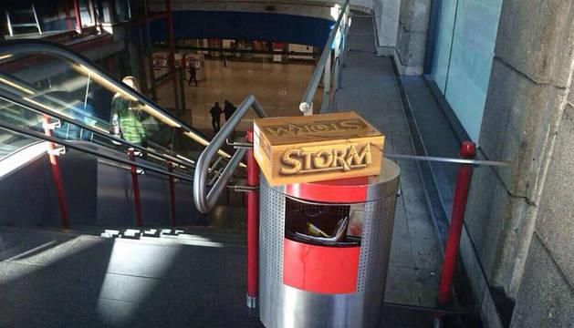Imagen del paquete sospechoso sobre una papelera del metro de Madrid.
