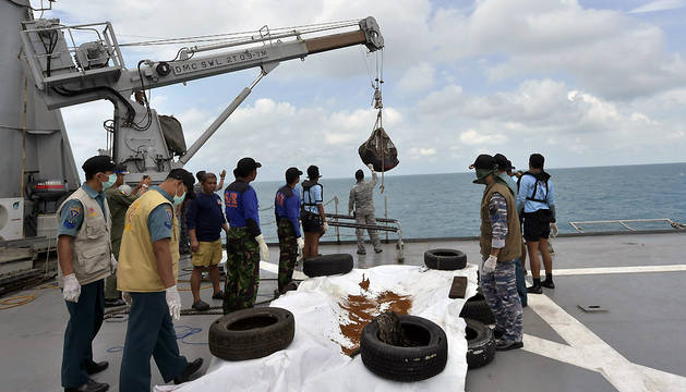 Marines indonesios recuperan cadáveres de las víctimas mientras prosiguen las labores de recuperación de la cola del avión de AirAsia que se estrelló el 28 de diciembre