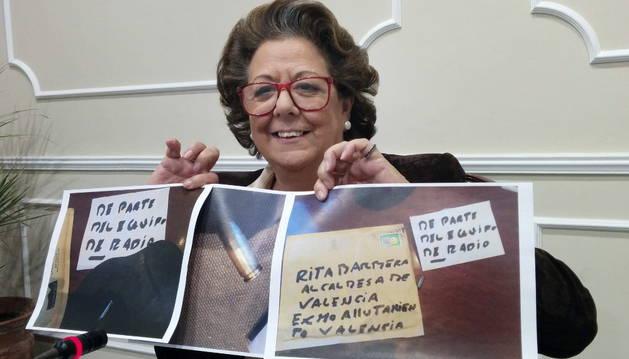 Rita Barberá muestra el contenido del sobre recibido