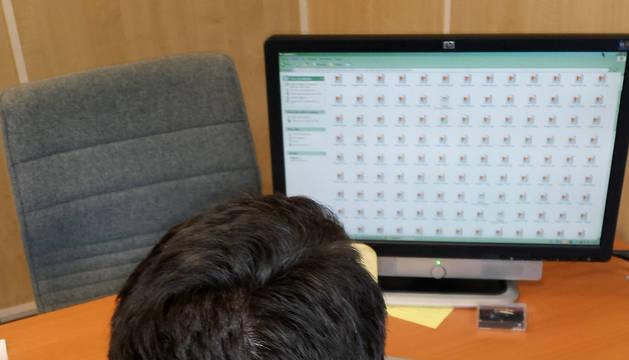 Un agente revisa un ordenador durante la operación 'Jacuzzi'