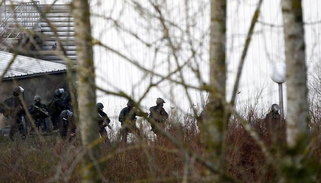 Las fuerzas especiales toman posiciones alrededor de la imprenta.