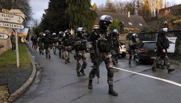 Los sospechosos toman rehenes tras un tiroteo al noreste de París