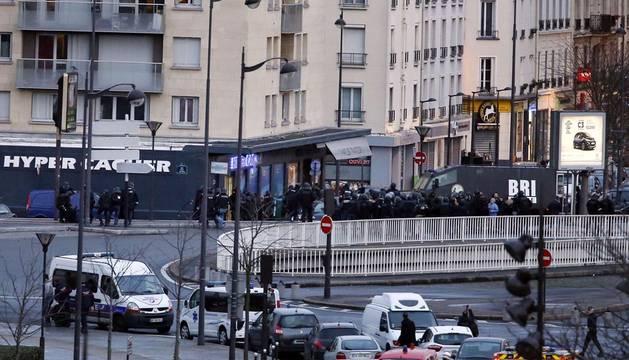 Abatido el hombre que mantenía rehenes en un supermercado de París