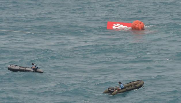 Logran sacar a superficie la sección de cola del avión de AirAsia