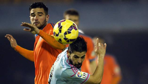 Nolito y Barragán pugnan por  un balón.