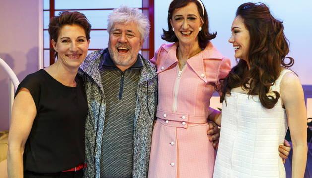 Almodóvar, junto a las actrices del musical
