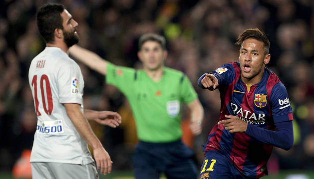 Neymar celebra el primer gol delante de Arda y Undiano.