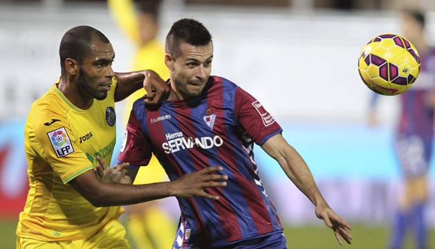 El jugador del Eibar Manu del Moral (d) pelea un balón con el brasileño Naldo, del Getafe.