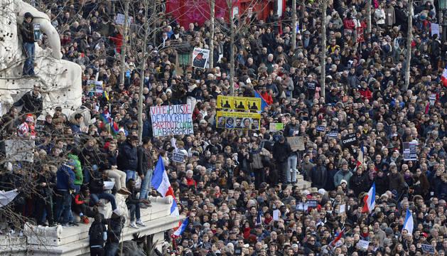 Miles de personas en la plaza de la República de París