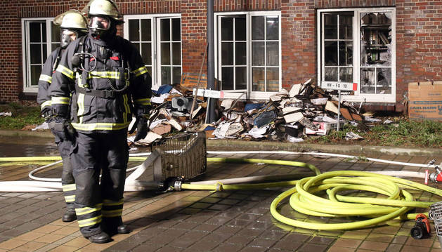 Bomberos supervisan la sede del Hamburger Morgenpost atacado esta madrugada