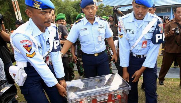 Rescatan del mar una caja negra del avión de AirAsia siniestrado