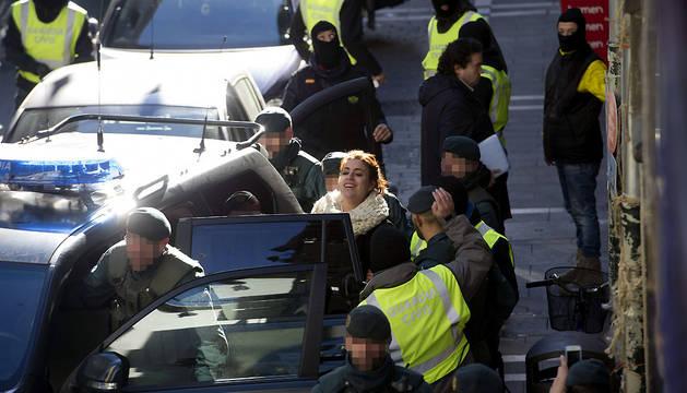 Agentes de la Guardia Civil detienen a la abogada Jaione Carrera tras los registros efectuados en su despacho de la calle Navarrería de Pamplona