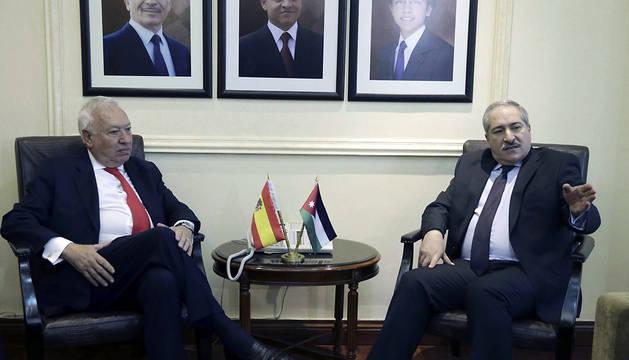 El ministro español de Asuntos Exteriores, José Manuel García-Margallo (i), durante la reunión en Amán con su homólogo jordano, Nasser Judeh