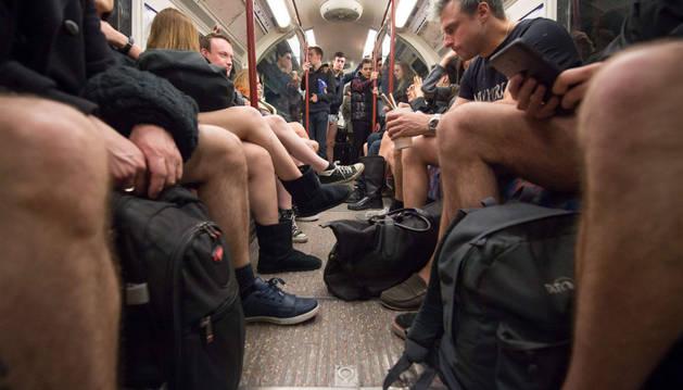 Cientos de neoyorquinos se quitan los pantalones en el metro