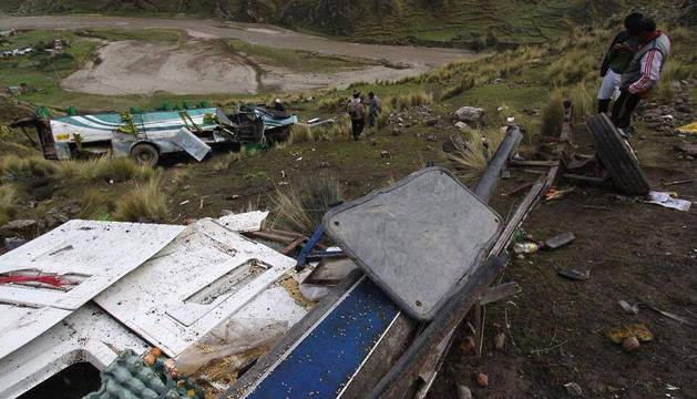 Imagen de los restos del autobús accidentado.