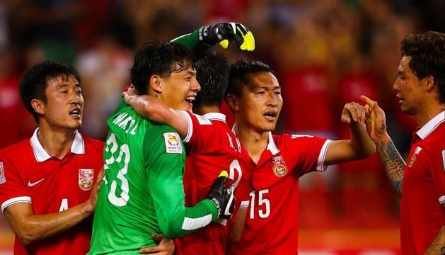 Wang Dalei, felicitado por sus compañeros