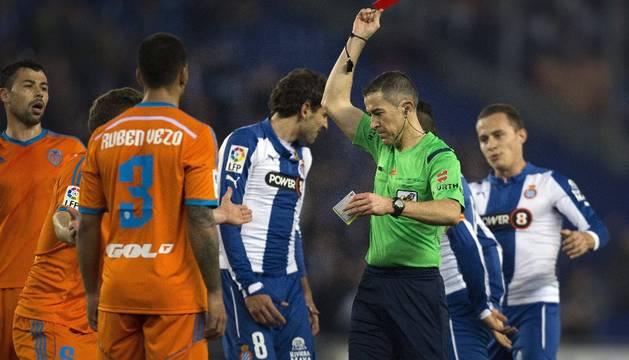 El árbitro Iglesias Villanueva expulsa a Mustafi