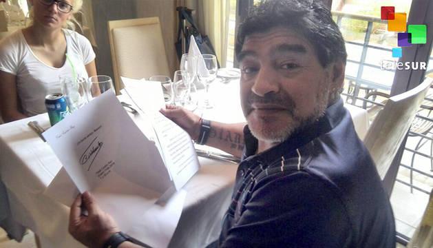 Maradona, leyendo la carta de Castro.