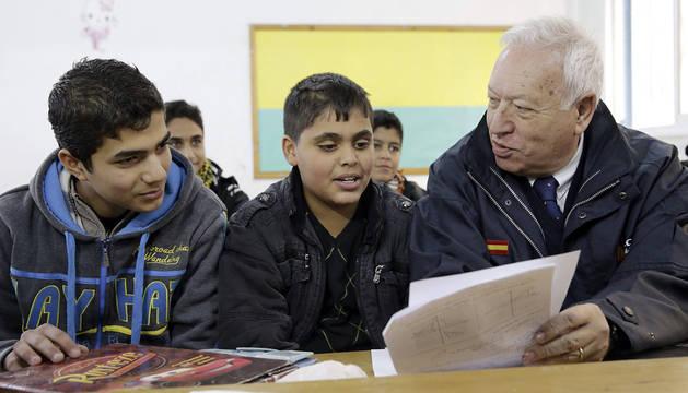 García Margallo, con unos niños en un colegio de la Franja de Gaza.