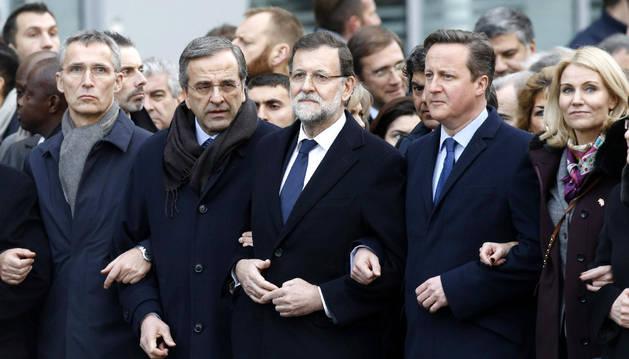Samaras y Rajoy, junto al resto de líderes en París, el pasado sábado.
