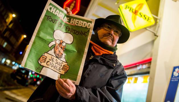 'Charlie Hebdo' se agota conforme llega a los quioscos franceses