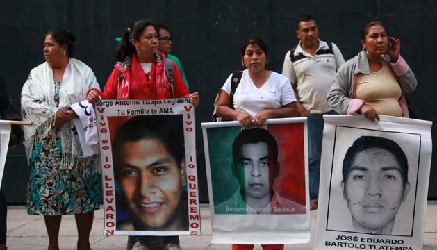 Las familias y el Gobierno reanundan el diálogo sobre los 43 desaparecidos