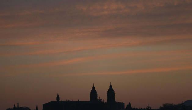 Atardecer en Pamplona, con la silueta de la catedral al fondo.