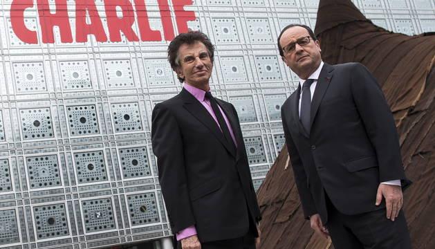 El presidente francés, François Hollande (d), junto al presidente del Instituto del Mundo Árabe francés, Jack Lang,