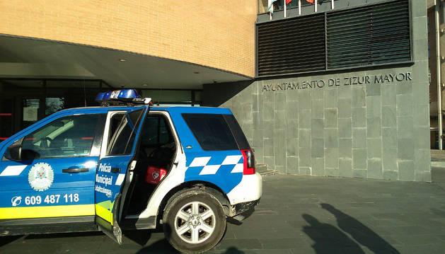 La policía de Zizur cuenta con un desfibrilador en el coche patrulla