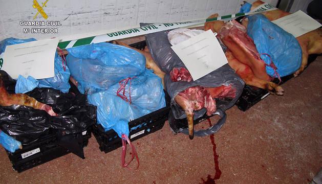Ejemplares de ganado porcino despiezados y dispuestos para su consumo