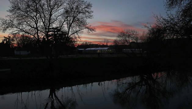 Puesta de sol a orillas del río Arga.