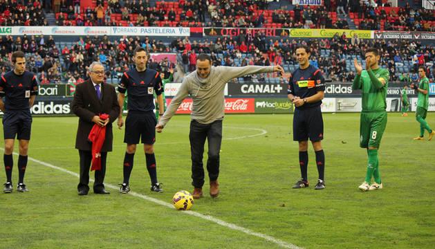 Martínez de Irujo realiza el saque de honor