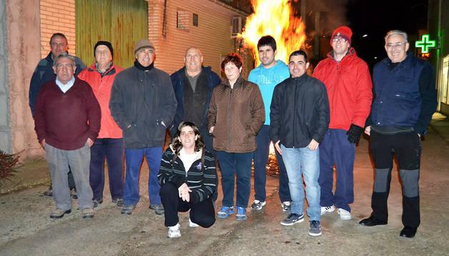 Las hogueras encienden  el ambiente festivo en las calles de Sartaguda