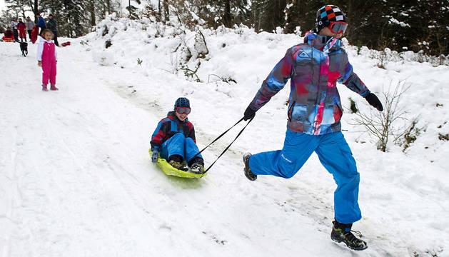 Gente divirtiéndose con la nieve, este sábado en el alto de Erro.