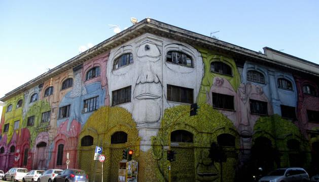 Uno de los edificios pintados en el barrio de Roma