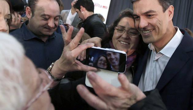 Pedro Sánchez se fotografía con una simpatizante en Viladecans.