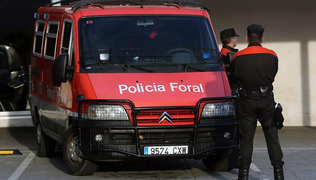 Dos agentes antidisturbios de la Policía Foral