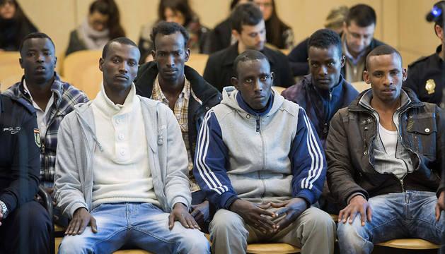 Los seis presuntos piratas somalíes que intentaron secuestrar el atunero vasco