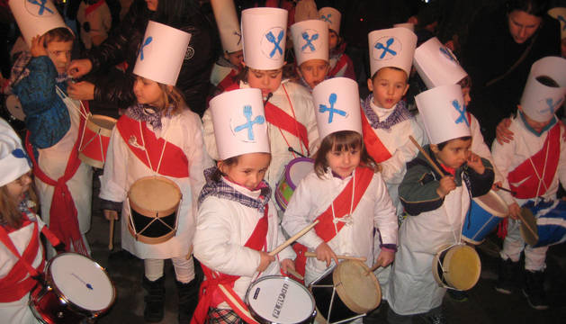 Feliz estruendo en Lakuntza con la tamborrada