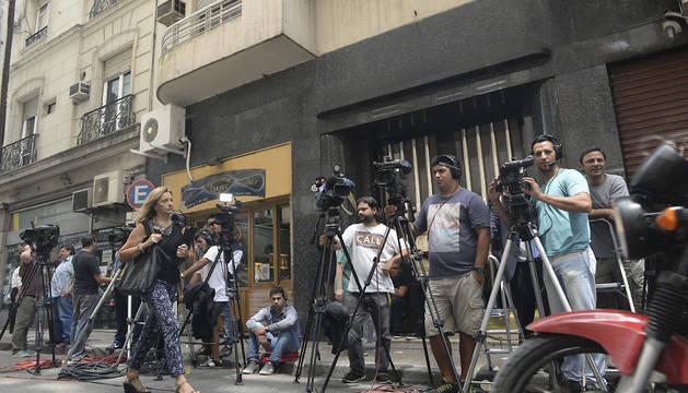 Reporteros esperan a la salida del edificio donde se encuentra el despacho de la fiscal Viviana Fein.