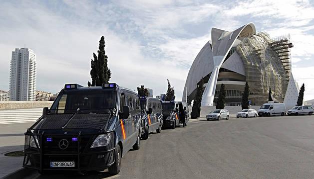 La Policía, durante el registro del Palau de les Arts.