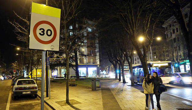 La calle Amaya, en la confluencia con Baja Navarra, en el II Ensanche, donde ya está colocada la señal de limitación de velocidad.